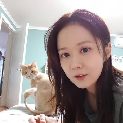 韓國女藝人張娜拉SNS發與寵物貓合影秀完美童顏