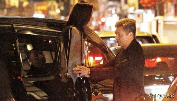 佘诗曼和一众男友人开心夜蒲 喝醉后在大街上放飞自我大叫