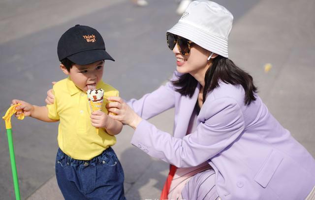 黄圣依带2岁小儿子安麟出游穿着清凉 网友:状态特别好