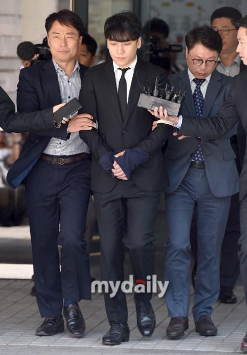 韩国艺人胜利结束拘留前审讯离开法院