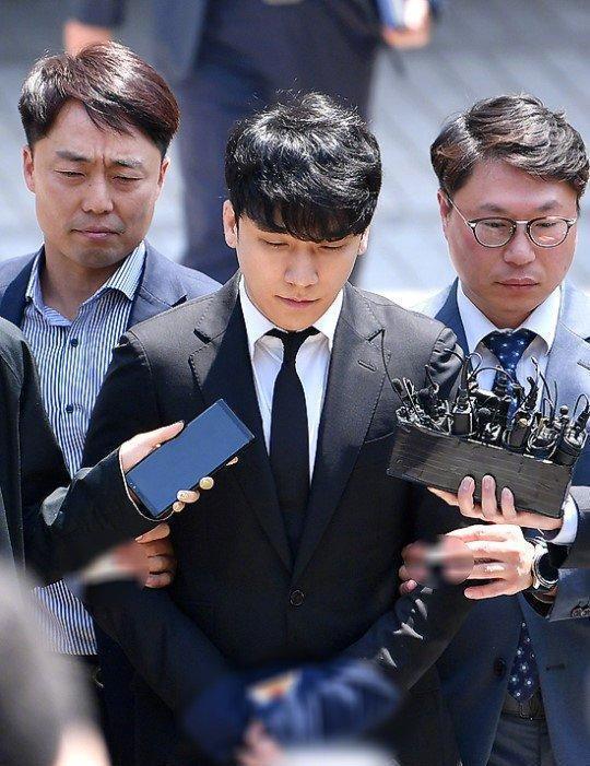 李胜利正式被拘捕!表情惨淡双手被铐走出法院,四项指控难脱身