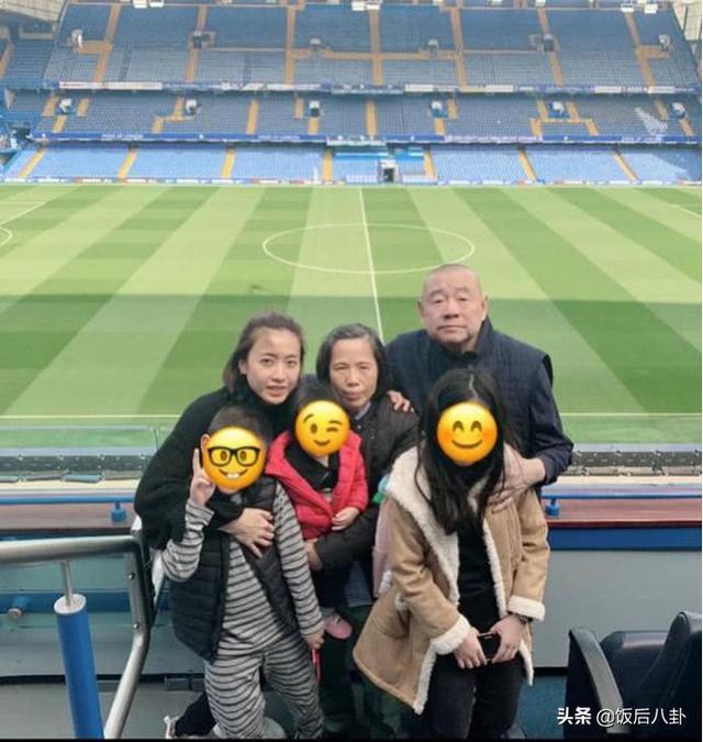 甘比晒一家五口合影力证家庭幸福,刘銮雄抱小女儿出镜略显憔悴