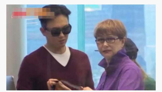 张智霖和神秘女人逛街忙着挡镜头,仔细一看,原来是她