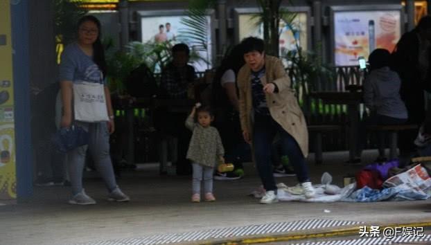 郭富城在家陪方媛坐月子 经纪人则化身保姆帮凑女儿逛公园