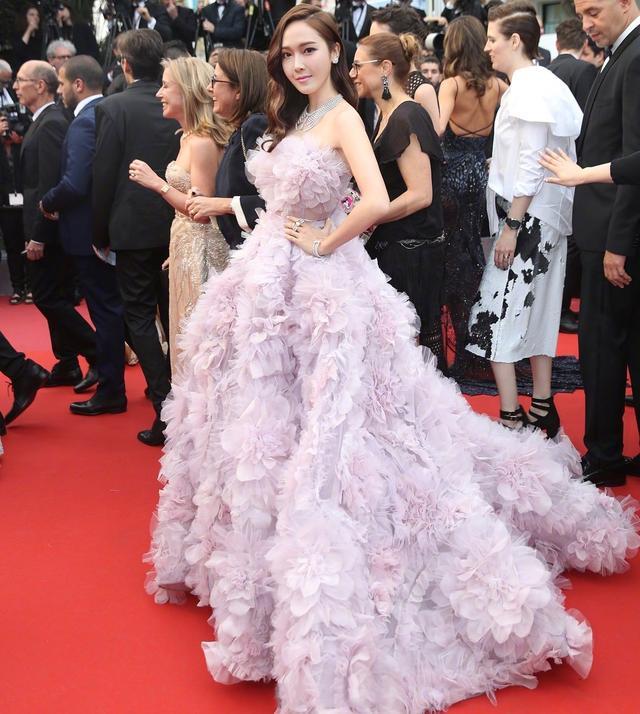 郑秀妍红毯羽毛裙喜提热搜,裙摆大到靠人抬,162穿出一米八气场