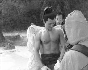上身光膀女下身裹棉被 ……明星冬天拍夏戏 让我望灭都热