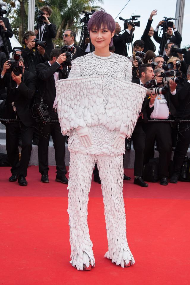 李宇春登戛纳红毯白色羽毛装显个性,腾讯娱乐网,景甜一袭白裙浊纯如天鹅