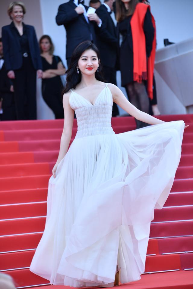 李宇春登戛纳红毯白色羽毛装显个性,景甜一袭白裙浊纯如天鹅