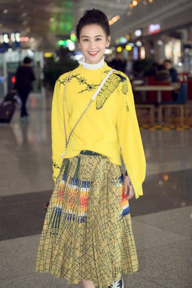 杨蓉背带裙扮成马里奥太装嫩,身旁黄圣依才有成熟女性的优雅