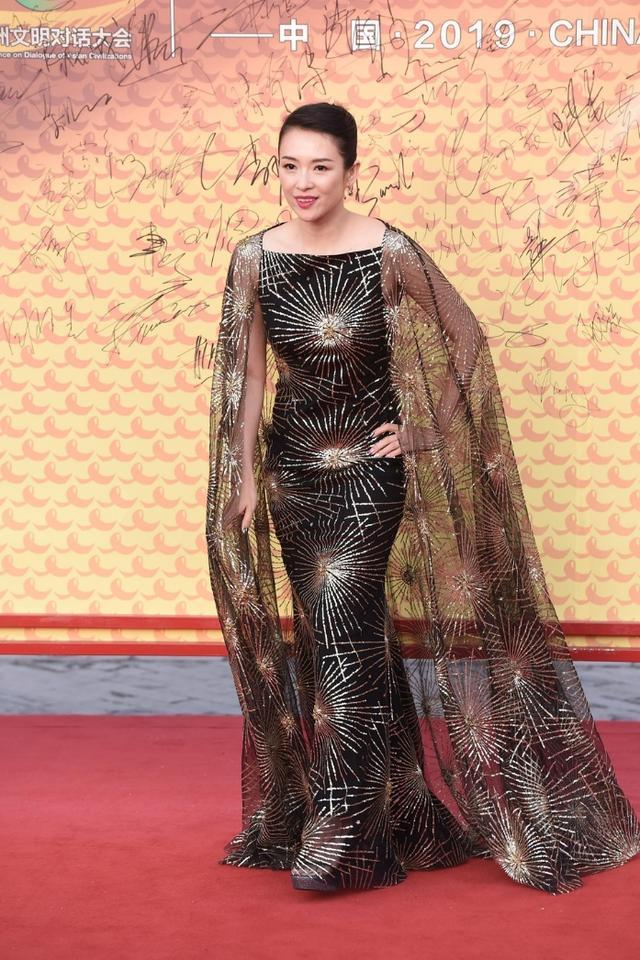 影视周女星争奇斗艳,章子怡的衣服像帘子,关晓彤不该站在她身边