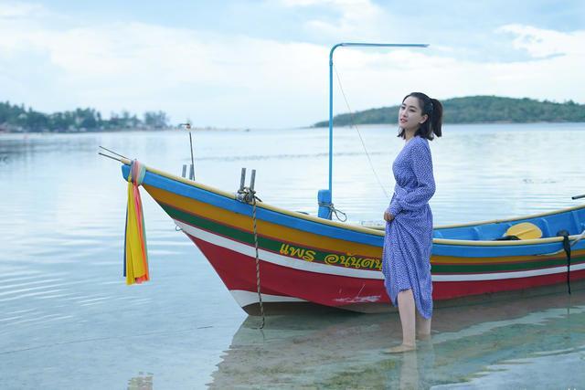 马苏晒标准游客照,碧水蓝天下变身青春美少女,邻家女孩的既视感