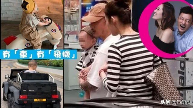 余文乐抱着1岁儿子一家三口逛街 王棠云和儿子穿母子装非常温馨