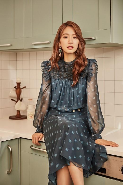 韩国女艺人朴信惠拍时装写真展多样魅力