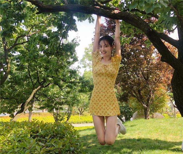女星们要做柠檬精?杨幂热巴穿柠檬黄显活力,连刘晓庆都俏皮不少