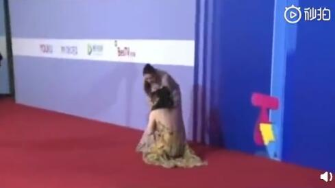 柳岩参加活动意外摔倒,大家关注的点却是她的背