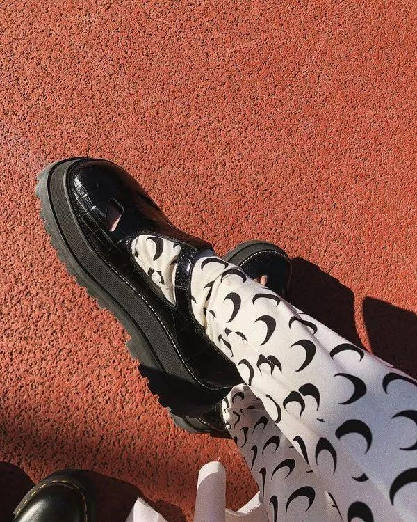 """玛丽珍,今年流行鞋底""""加块砖""""的那种~"""