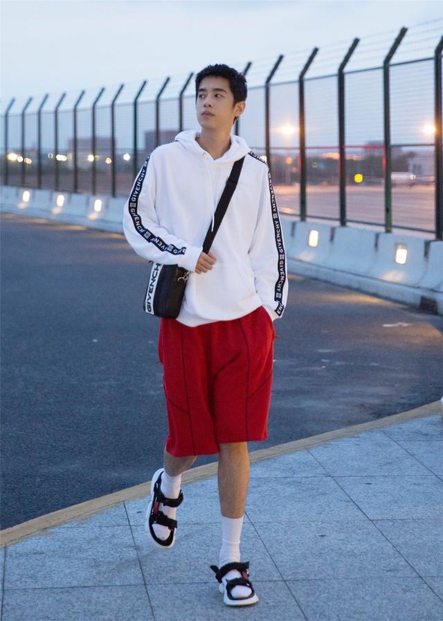 梁靖康凉鞋套袜子出行,卫衣+红短裤有活力,少年感不硬凹也很足