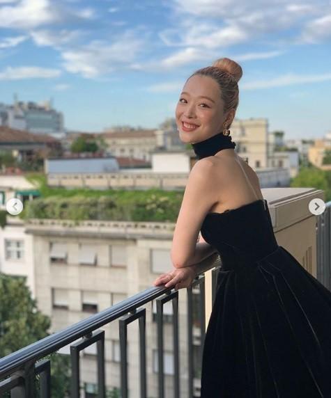 韩国女艺人雪莉SNS发布米兰拍摄近照