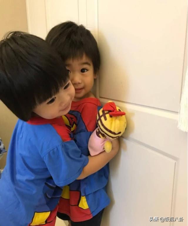 林志颖老婆带双胞胎游玩美腿抢镜,小儿子表情呆萌颜值赛过老爸