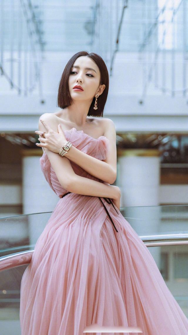 佟丽娅说相声,搭档岳云鹏,穿搭风格跨度这么大?
