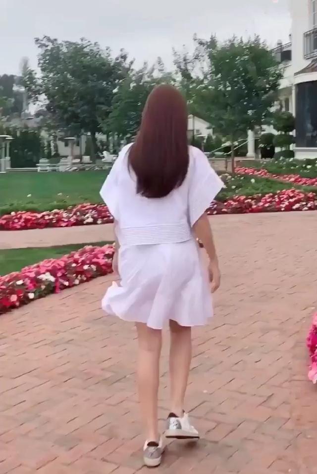 郑秀妍这是要玩嗨的节奏呀,开粉色小车兜风好惬意,果然是少女