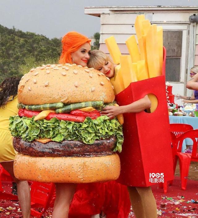 汉堡和薯条锁死!霉霉晒与水果姐合照亲密相拥