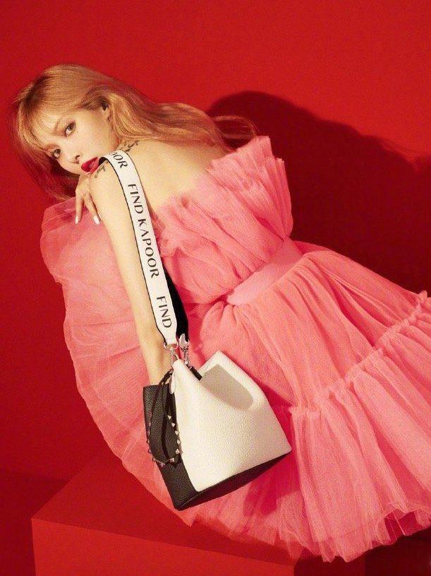 泫雅撞衫雪莉,同穿粉色纱裙,谁更有少女感?