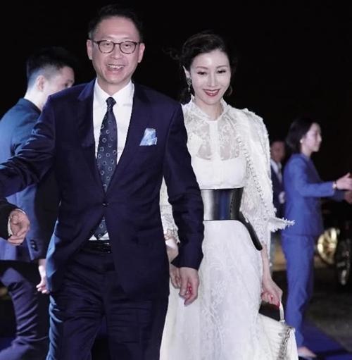 49岁李嘉欣与57岁许晋亨近照曝光,站在一起像父女俩