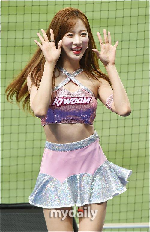 性感啦啦隊女郎熱舞助陣職業棒球比賽