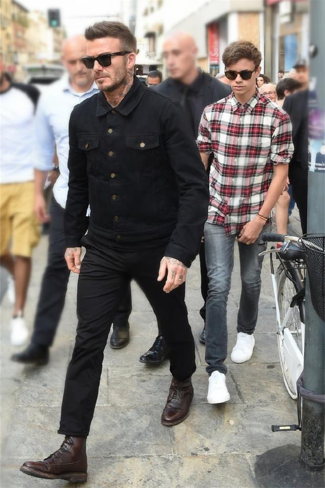 貝克漢姆帶兒子出街,羅密歐穿格紋衫帥氣瀟灑,17歲衣品遠超老爸