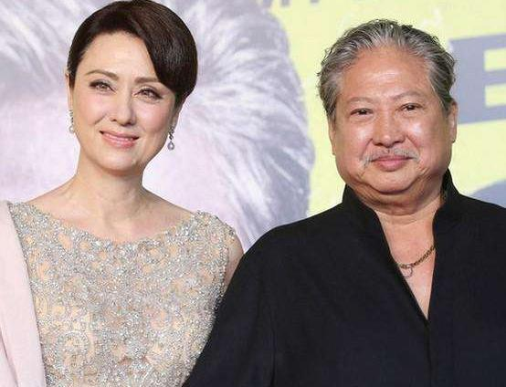 67岁的洪金宝满头白发身材消瘦,小13岁妻子脸上满满胶原蛋白