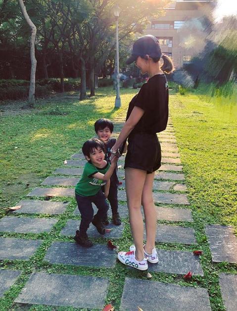 林志颖老婆带双胞胎儿子出游,二儿子大眼睛胜过KIMI