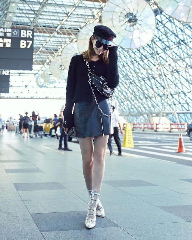 昆凌一双PⅤC透明鞋子很潮,完全展现了酷酷女孩的风范