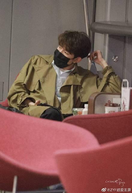 王源在地铁上被拍,带着帽子和口罩,转身的动作让人心疼