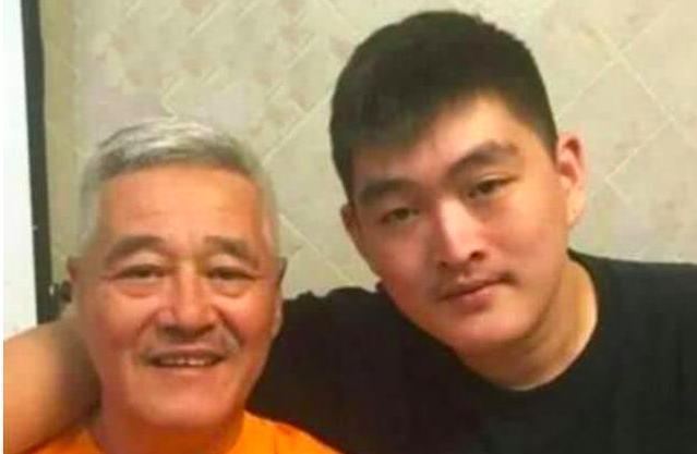 赵本山22岁儿子烈日下疯狂跳绳减肥,效果显著比3个月前瘦了一圈