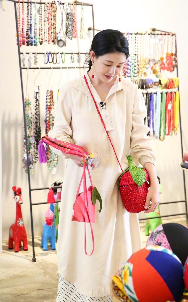 适合夏天背的不只大S的草莓包,闺蜜团造型做示范,看完想要同款
