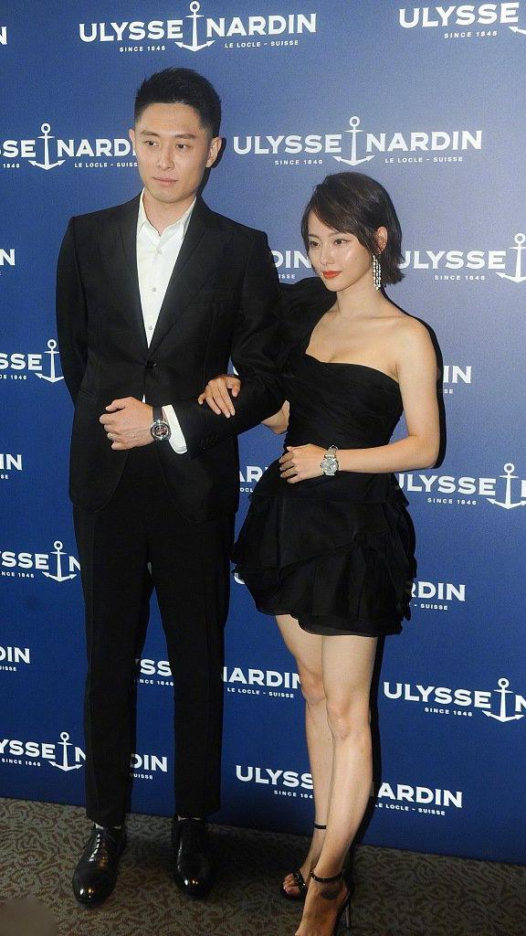 张嘉倪和丈夫买超现身,一身黑色穿搭,太甘美了吧