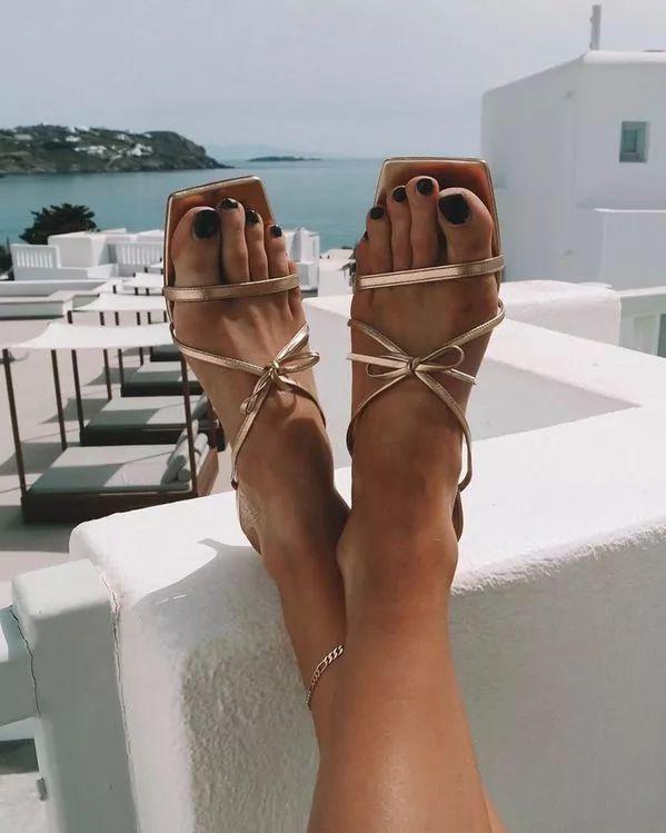 今年夏天一定要Pick的时髦货,就是这双高跟拖鞋