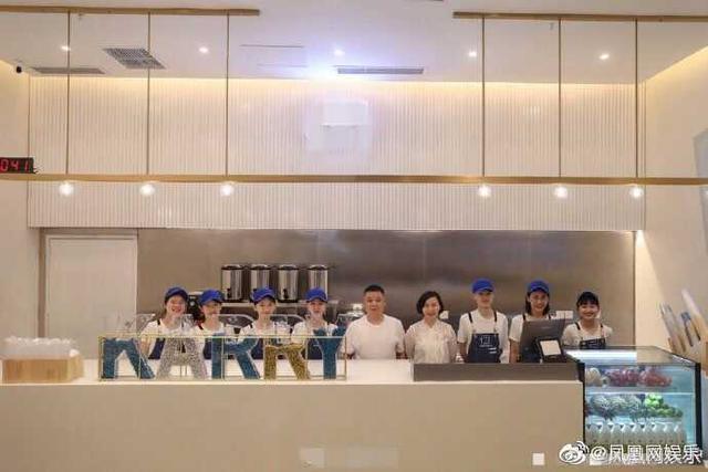 明星效应有多厉害,王俊凯父母奶茶店生意火爆,六百杯奶茶秒光