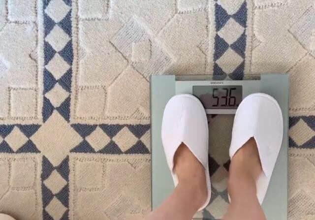 50岁许晴拍戏要减肥15斤,晒出真实体重后,网友:这么减是要命