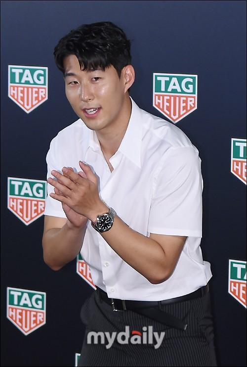 韩国女艺人安贤模携手足球运动员孙兴慜出席品牌活动