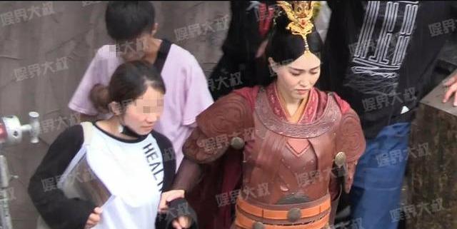 唐嫣新剧路透:一人打伞一人搀扶一人拉裙子,脸肉眼可见胖了很多