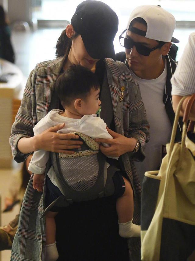 秋瓷炫一家三口现身机场,儿子叼奶嘴超可爱,于晓光贴心护妻