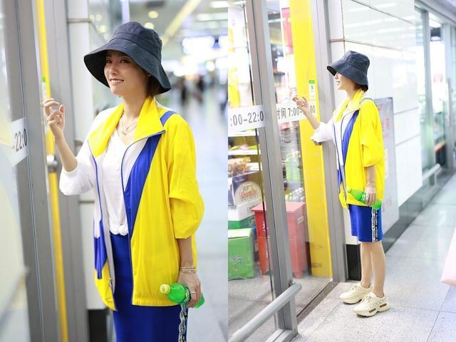 张嘉倪现身机场,身穿黄蓝运动套装清新又减龄,充满青春的活力