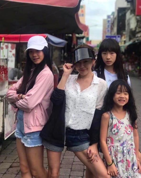 小S甜蜜依偎老公肩膀,3女儿高颜值身高超过妈妈