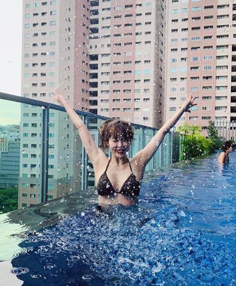 韩国女艺人泫雅SNS发比基尼泳装照秀性感身材