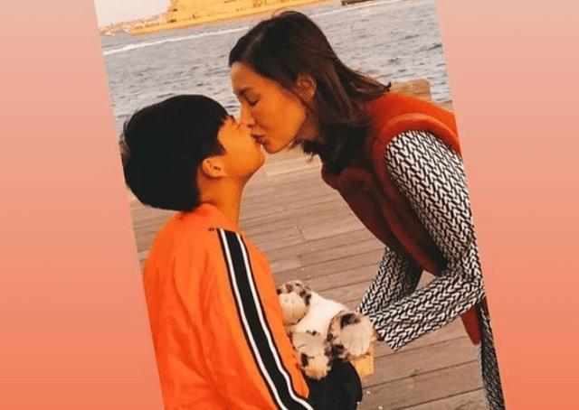 49岁李嘉欣亲吻8岁男孩,还亲切称小情人,网友:公共人物要注意