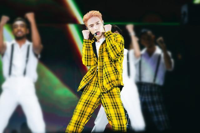 张艺兴开演唱会造型真惊艳,各种时尚元素大汇聚,一头粉发超帅气