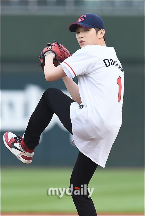 韩国歌手姜丹尼尔担任职业棒球比赛开球嘉宾