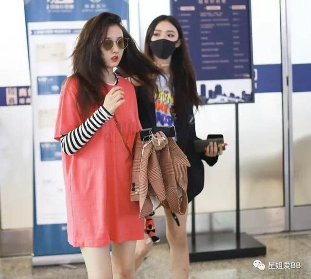 """两个当红女明星在高铁站上演""""你是风儿我是沙""""?"""